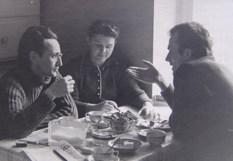 Обсуждая сценарий «Венский лес». Ренита Григорьева, Зигфрид Кюн. 1960. Фотография изличного архива Н.И.Клеймана.